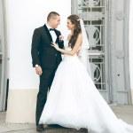 recién casada pareja abrazándose en la antigua escalinata — Foto de Stock   #62570685