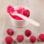 Frozen creamy ice yoghurt  with whole raspberries — Stock fotografie #60636661