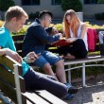 背景的学生,花时间在户外 — 图库照片 #56389743