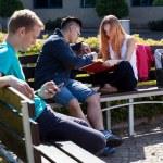 Olika studenter spendera tid utomhus — Stockfoto #56389743