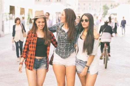 行走在城市的三个快乐的女人