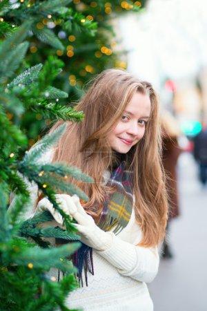 性格开朗的女孩与圣诞树_高清图片_邑石网