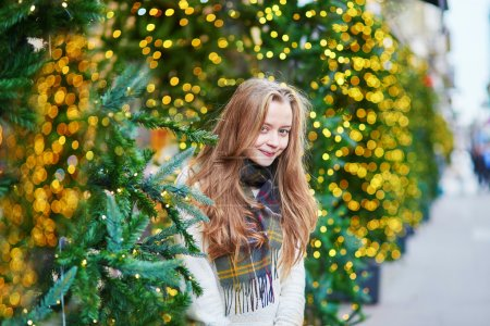 为圣诞节装饰的巴黎大街上的女孩_高清图片_邑石网