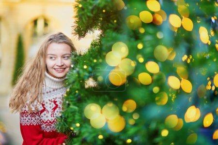 ragazza con un albero di Natale decorate con colori luminosi_高清图片_邑石网