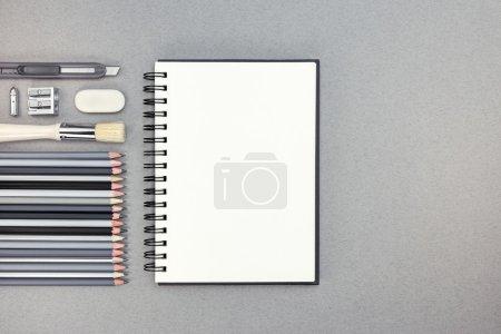 用铅笔和其它绘图配件 gra 空白笔记本
