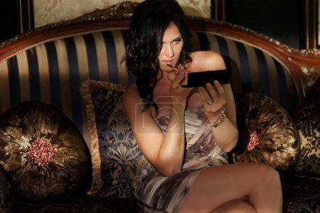 坐在沙发上摆姿势的内衣的女人