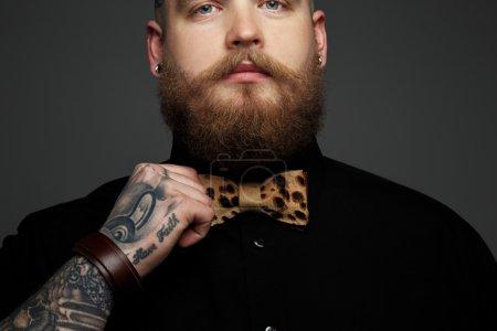 男人穿着黑色的衬衫和领结._高清图片_邑石网