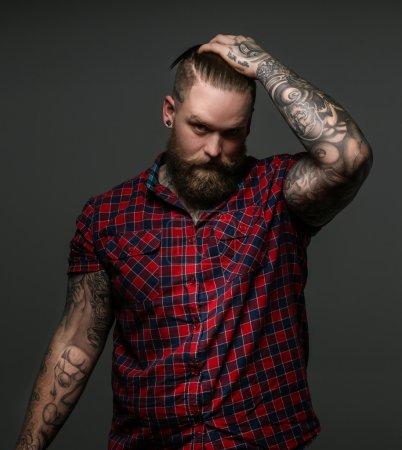 留着胡子,手上的 tattos 的男人_高清图片_邑石网