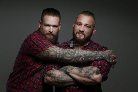 两个家伙在红衫军与胡须和纹身._高清图片_邑石网