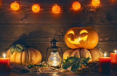 头南瓜、 蜡烛和秋天的落叶