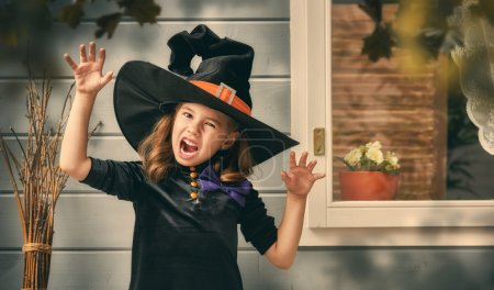 在户外的小女巫