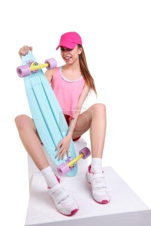 与滑板时尚时髦女孩