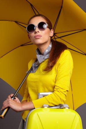 魅力女人下把黄色的雨伞 _高清图片_邑石网