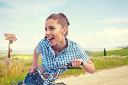 与老式自行车的女人