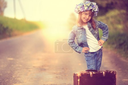 漂亮的女孩在一个花环和一只旧手提箱牛仔夹克_高清图片_邑石网