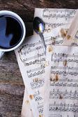 旧床单用笔记和杯咖啡