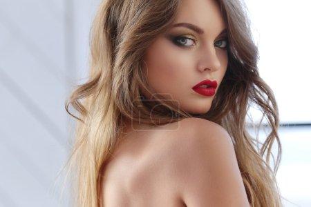 美丽的女人和鲜红的嘴唇