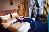 在现代的酒店房间里的年轻夫妇