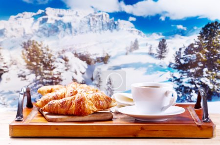 杯咖啡和羊角面包,冬天的景色