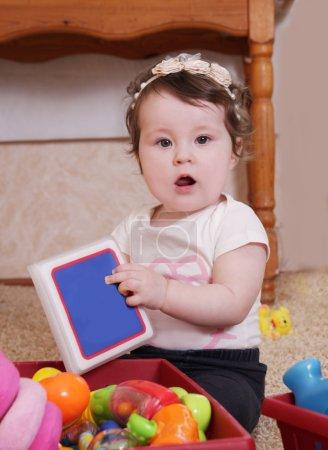 十个月宝宝玩书的女孩
