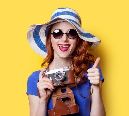 穿着蓝色的衣服,用相机的女孩 _高清图片_邑石网
