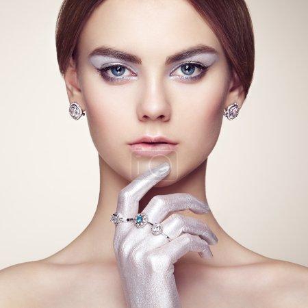 年轻漂亮的女人,与首饰的时尚肖像