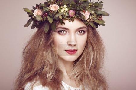 美丽的金发女人与花花环