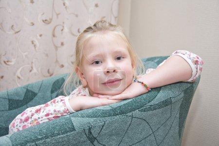 小女孩坐在一把椅子_高清图片_邑石网