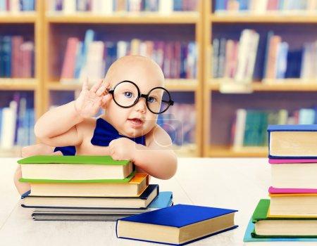 婴儿在眼镜阅读书籍,聪明的孩子早期教育的发展