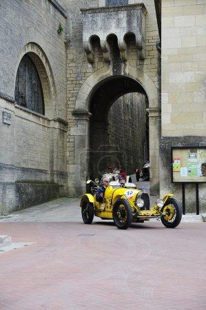 黄色的布加迪 T35a 参与到 1000年由 Miglia 老爷车比赛