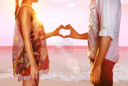 在海滩上的情侣_高清图片_邑石网