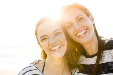Beste Freunde lachen