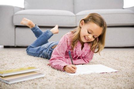 小女孩做作业