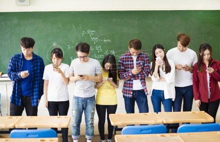 组的学生在课堂中使用智能手机_高清图片_邑石网