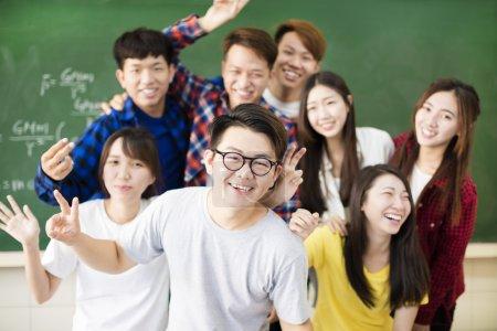 快乐的青年组大学生在教室里_高清图片_邑石网