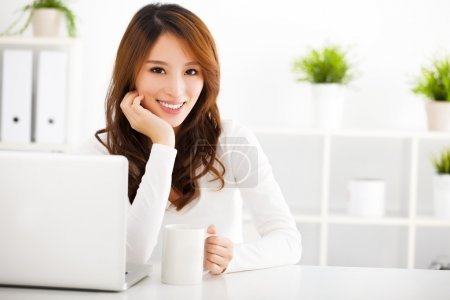 微笑年轻亚裔女子和笔记本电脑_高清图片_邑石网