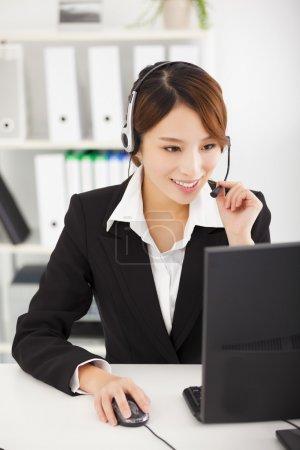 耳机在办公室里工作的年轻女商人_高清图片_邑石网