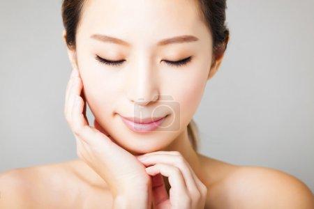 微笑的年轻漂亮的亚洲女人脸的特写 _高清图片_邑石网
