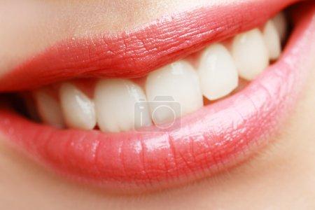 与健康洁白的牙齿的女人的微笑_高清图片_邑石网