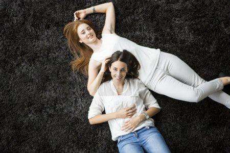 妇女躺在地毯上