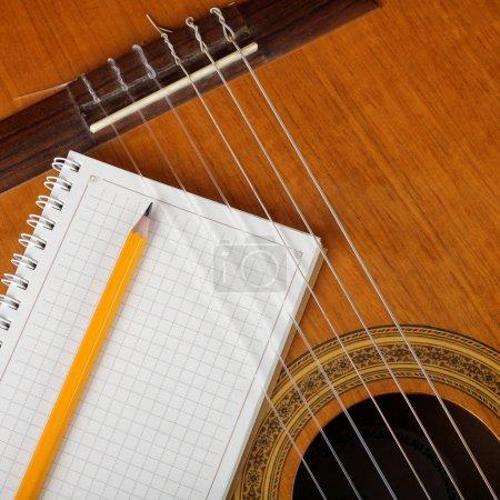 乐器-原声吉他和一本笔记本