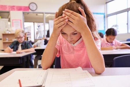 女生的头在手中在学校课堂