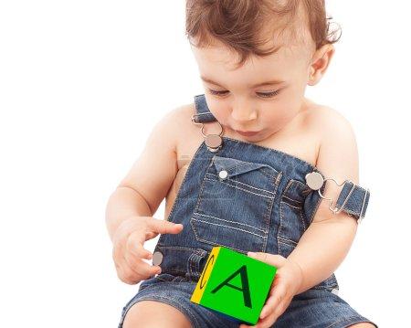 小男孩学习字母