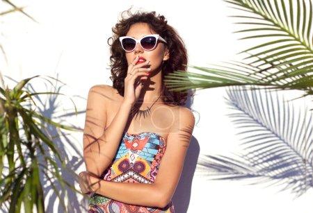 有吸引力的女人戴太阳眼镜
