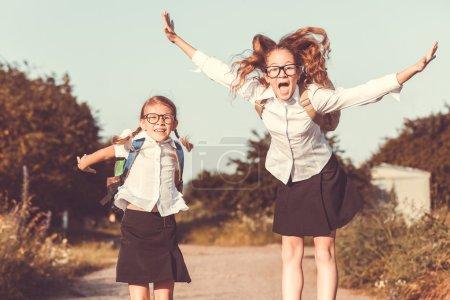 微笑在一棵树上的校服年轻女生
