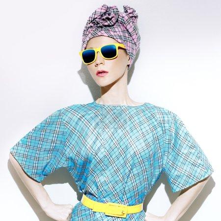 迷人的夏天风格。时尚的配件。方格的女孩