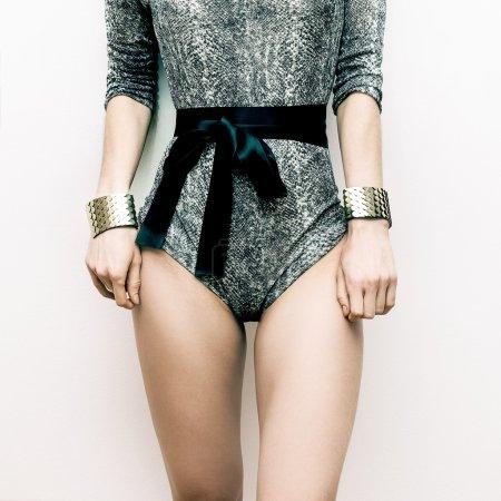 模型在时尚泳装和珠宝。蛇打印的趋势