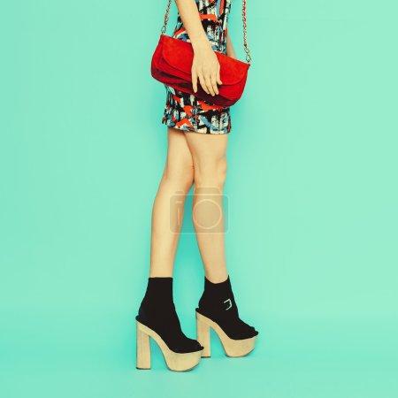 时尚女士在时髦的衣服和配件