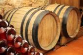 木制的桶和瓶酒在地窖里