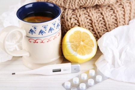 感冒、 药片和手帕上表特写的热茶